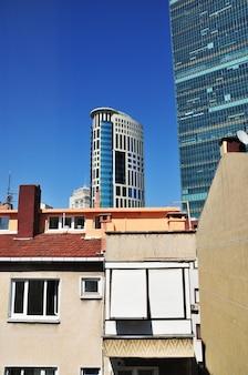 Wolkenkrabber op de achtergrond van oude gebouwen. heldere zonnige dag in istanbul. istanbul, turkije 07 juli 2021