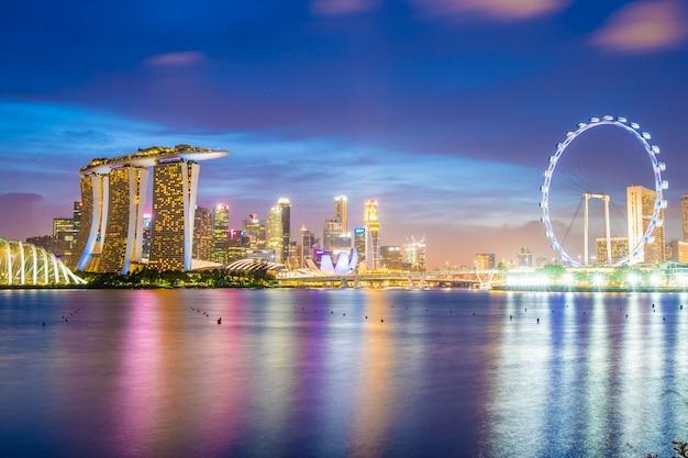 Wolkenkrabber rond jachthavenbaai in de stad van singapore