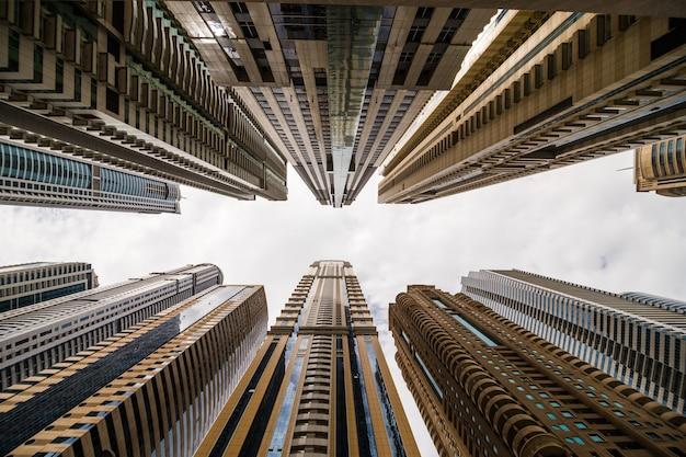 Wolkenkrabbers die naar de lucht kijken. moderne metropool. moderne stad