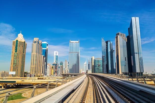 Wolkenkrabbers en metro in dubai - verenigde arabische emiraten