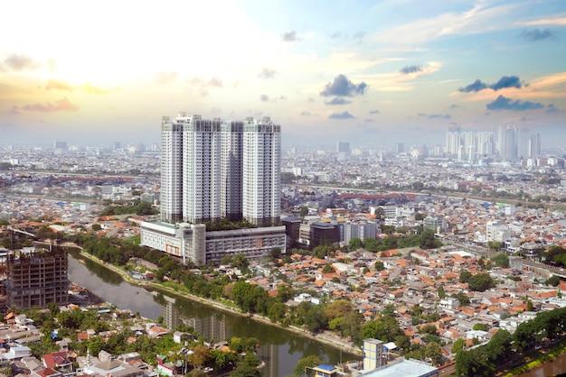 Wolkenkrabbers en moderne gebouwen met de blauwe hemelachtergrond