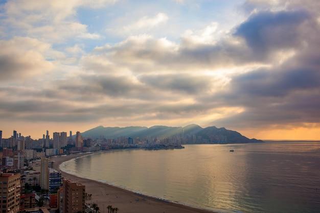 Wolkenkrabbers en zware wolken in benidorm