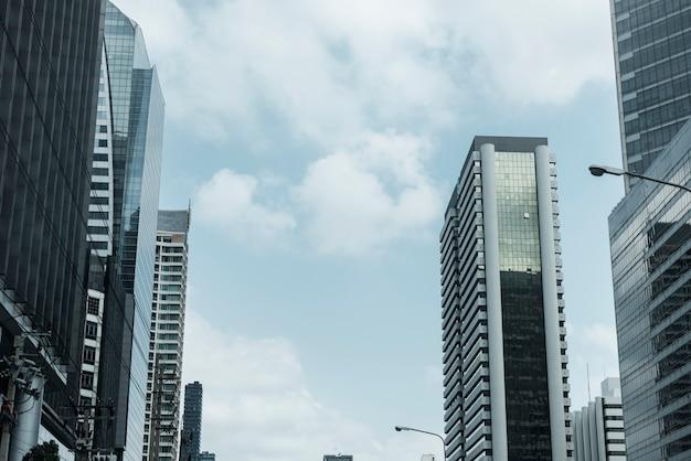 Wolkenkrabbers in de binnenstad tijdens een pandemie van het coronavirus