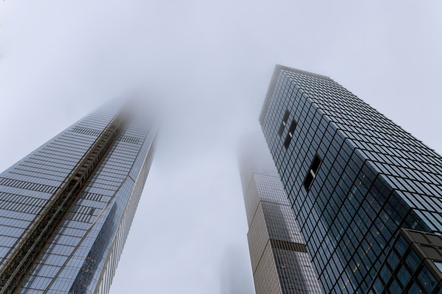 Wolkenkrabbers in de mist in new york, de vs
