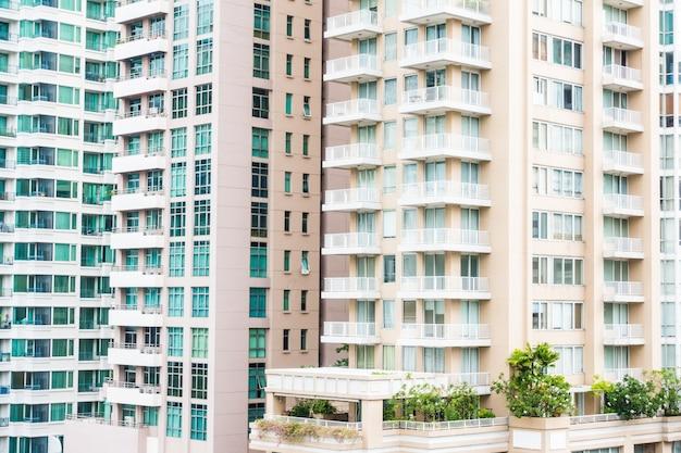 Wolkenkrabbers met balkons en vegetatie