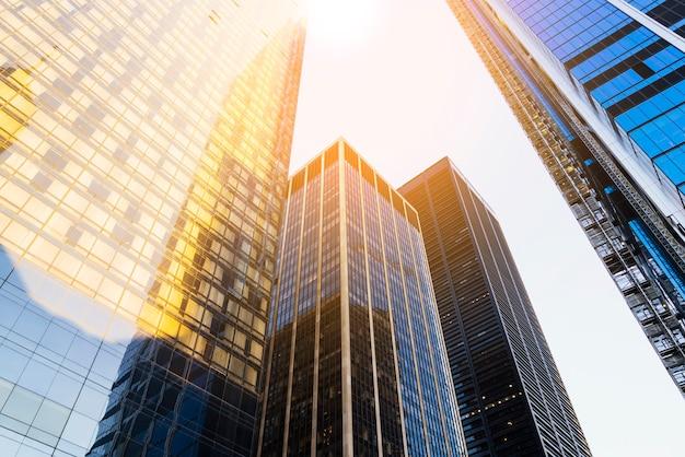 Wolkenkrabbers met zonlicht