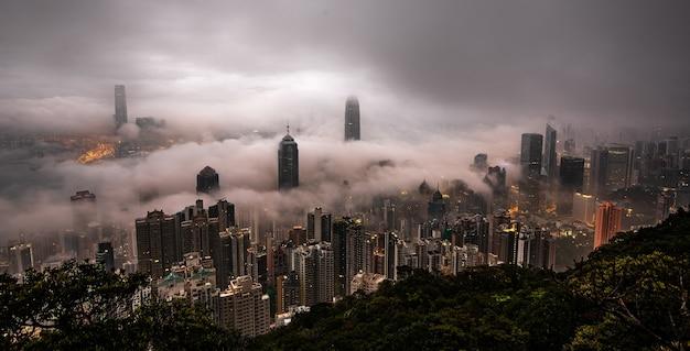 Wolkenkrabbers van een stad bedekt met mist