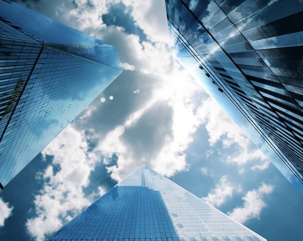 Wolkenkrabbers van een stad hoog aan de heldere hemel