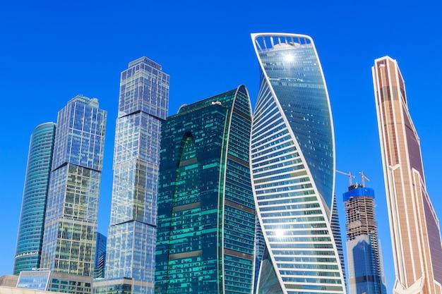 Wolkenkrabbers van het internationale zakencentrum moscow city tegen blauwe hemel