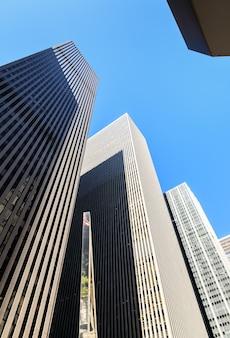 Wolkenkrabbers van new york city. manhattan moderne architectuur. manhattan is de meest dichtbevolkte van de vijf stadsdelen van new york city.
