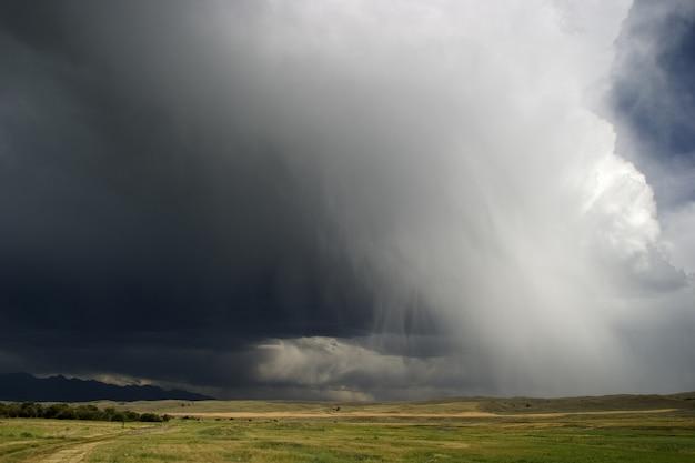 Wolkenlandschap van onweerswolken boven het vlakke gebied in montana, vs, dat de lucht bedekt