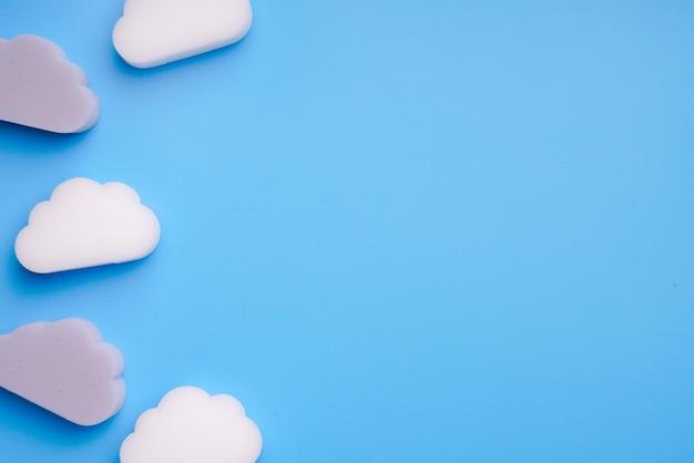 Wolkensymbool voor online boeking en reisconcept