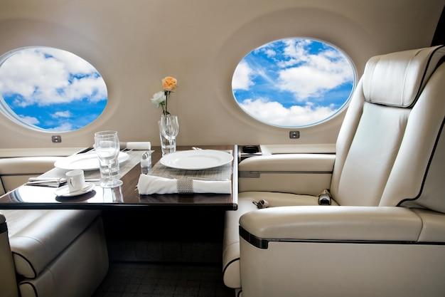 Wolkenweergave in vliegtuigvenster, zakenjetvlucht
