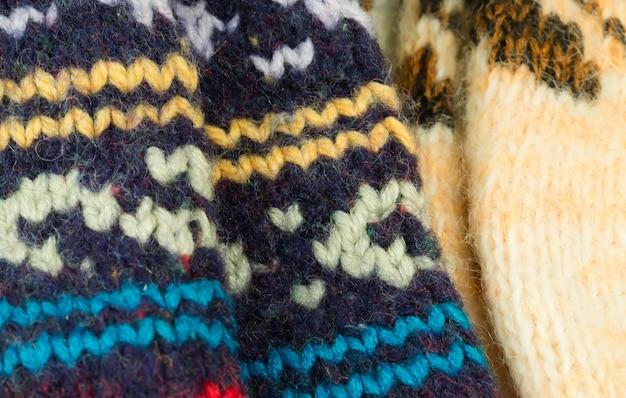 Wollen gebreide sokken met de hand gemaakt op de achtergrond winter warm