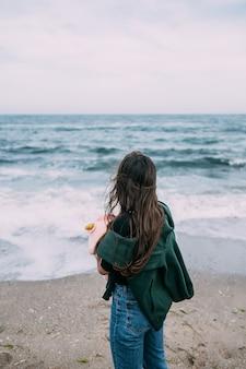 Woma schiet op een smartphone de zeegolven