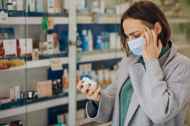 Womam-klant met hoofdpijn bij apotheek