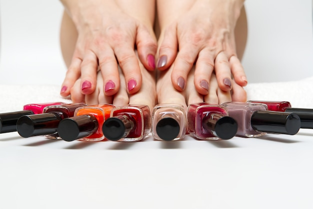 Woman at home spa die pedicure doen aan zich, close-up.