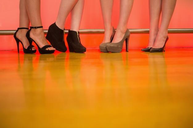 Womens benen dragen hoge hakken