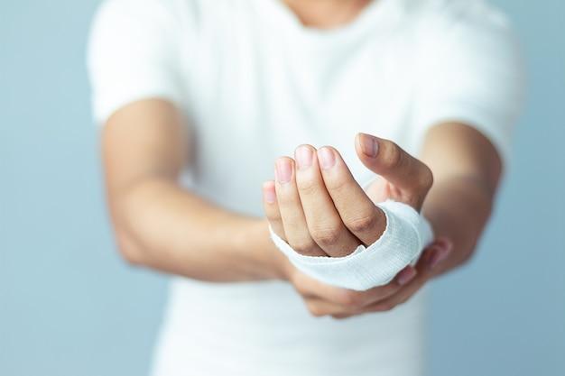 Wonden aan de pols, verbanden een handgewonden pijnmedicijn