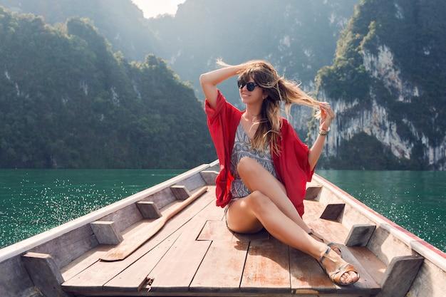 Wonder reizende vrouw die geniet van de wilde natuur tijdens een boottocht met lange staart in het khao sok national park. excursie in thailand. mooi meisje op tropische vakantie.