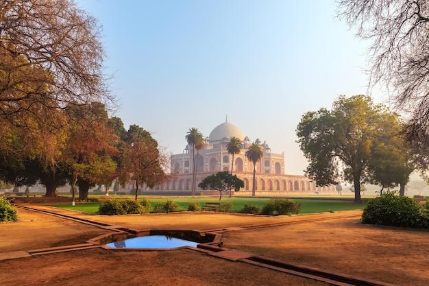 Wonderful humayun's tomb, uitzicht vanuit de tuin, india, dehli.