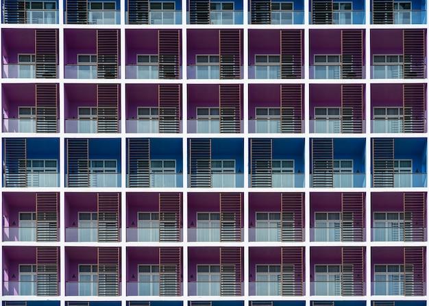 Woningbouw gevel. moderne kleurrijke flatgebouwvoorgevel. vooraanzicht