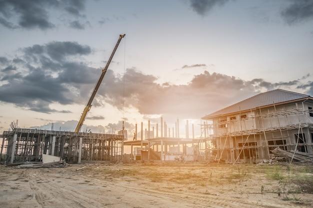 Woningbouw op bouwplaats met kraanwagen