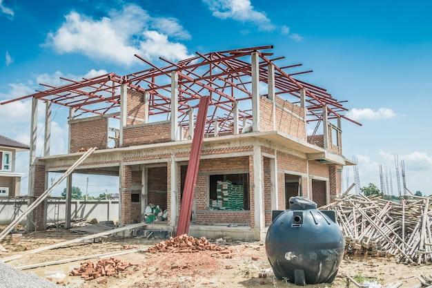 Woningbouw structuur op bouwplaats met wolken en blauwe hemel