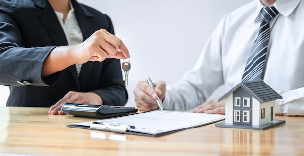 Woningverzekering en vastgoedinvesteringsconcept