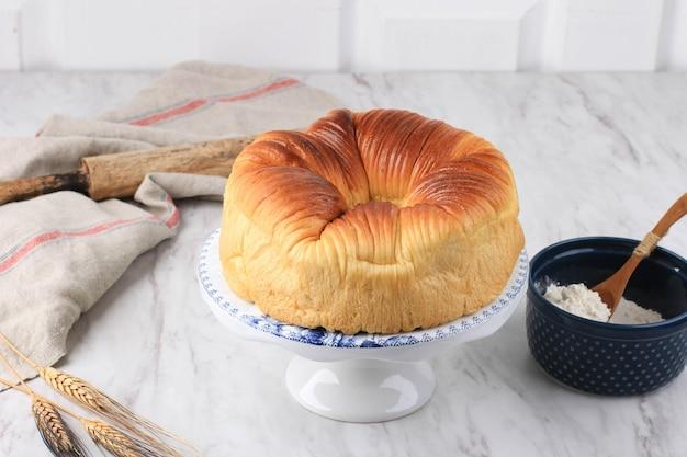 Wool roll bread, zelfgemaakte virale japanse brioche hokkaido melkbrood met prachtige textuur zoals wol. geserveerd op taartplateau