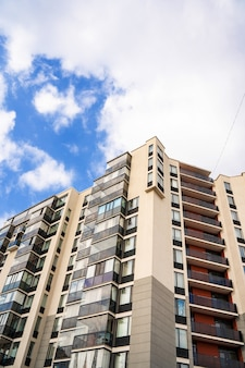 Woon- of bedrijfs modern gebouw met meerdere verdiepingen met blauwe hemel
