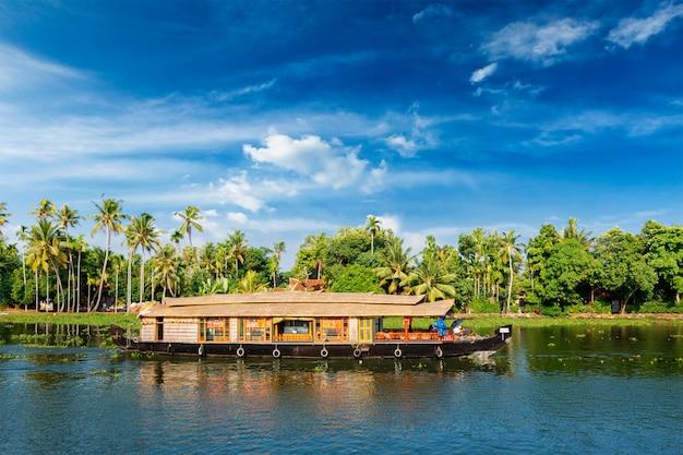 Woonboot op de binnenwateren van kerala, india
