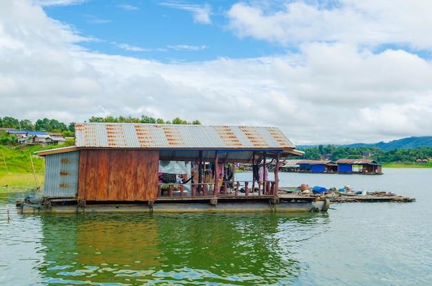 Woonboot op rivier in het land van sangklaburi kanchanaburi, thailand