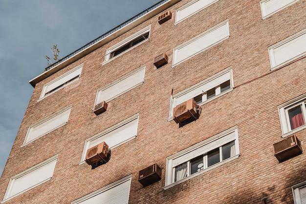 Woongebouw in de stad met airconditioning units