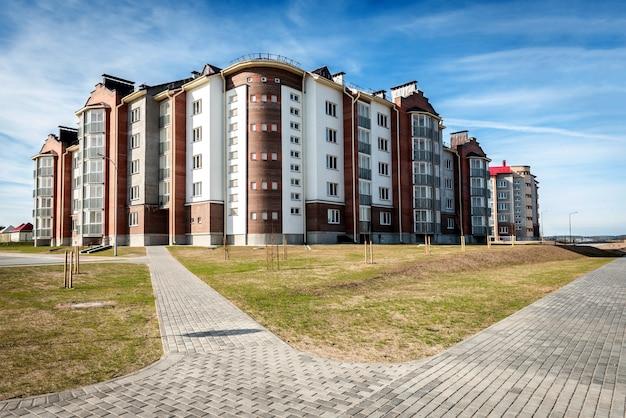 Woongebouwen met balkons in de stad, stedelijke ontwikkeling van appartementswoningen.