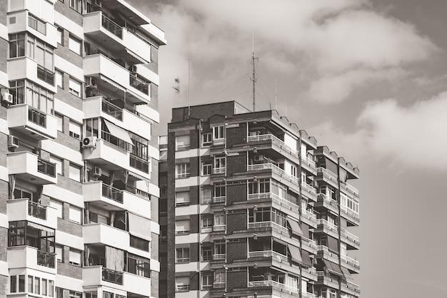 Woongebouwen met meerdere verdiepingen, gebouwd rond 1970 in warm zwart en wit