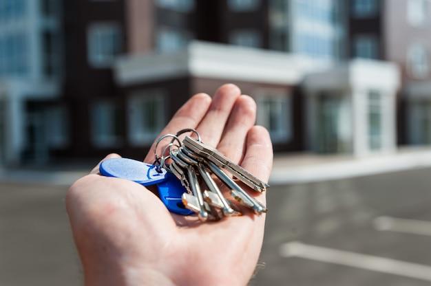 Woonhuis met meerdere verdiepingen op blauwe hemelachtergrond