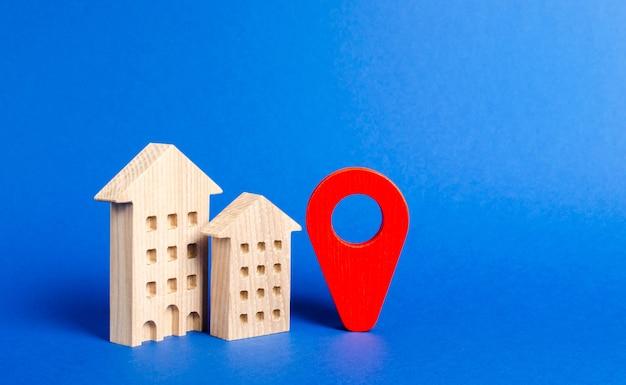 Woonhuizen en rode navigatieaanwijzer pin locatie van woongebouwen of werk