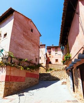 Woonhuizen in de gewone straat van de spaanse stad