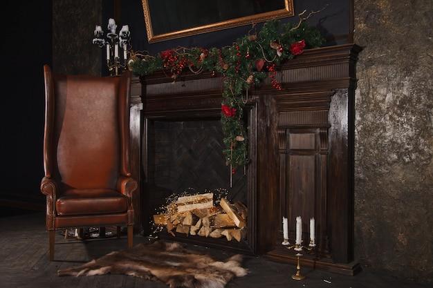 Woonkamer in donkere kleuren in retrostijl met kerstdecor. magische, feestelijke achtergrond met versieringen. rustig beeld van klassiek boominterieur is versierd met open haard. ruimte kopiëren, tekstruimte