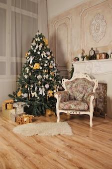Woonkamer in lichte kleuren in retrostijl met kerstdecor