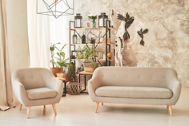 Woonkamer in loftstijl met een bank en een fauteuil