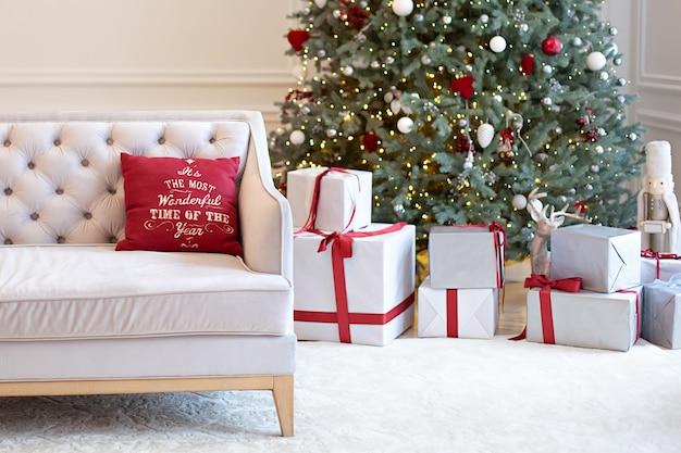 Woonkamer interieur met bank versierd kerstboom, geschenken en kussens. kerst thuis.