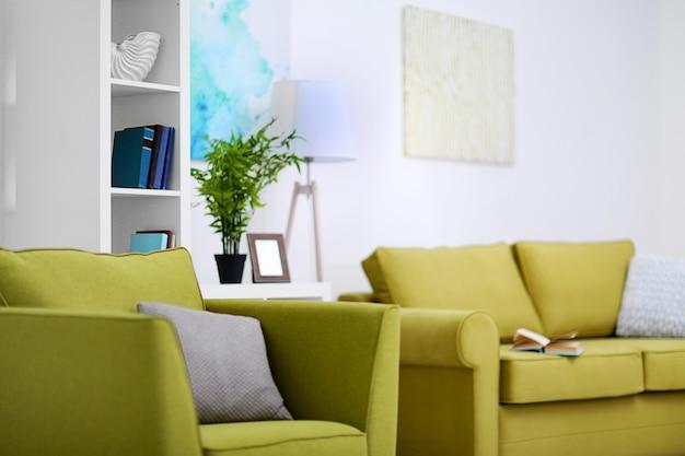 Woonkamer interieur met groene meubels op lichte achtergrond