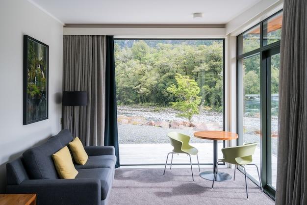 Woonkamer interieur met natuur landschap