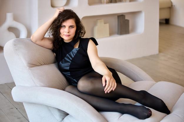 Woonkamer met chaise longue met vrouw in panty