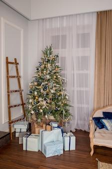 Woonkamer met een kerstboom en versieringen. gezellige en warme avond. interieur, boom