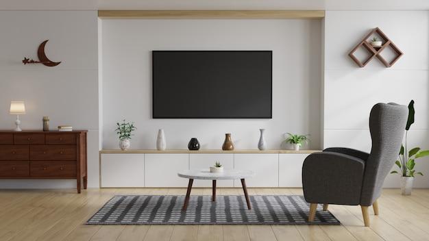 Woonkamer met een witte muur en grijze fauteuil
