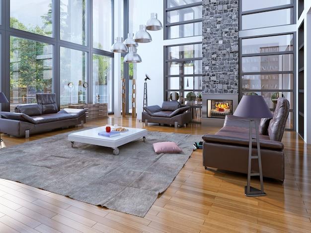 Woonkamer met hoog plafond, open haard met ramen en lederen meubels.