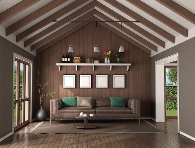 Woonkamer met houten wand achter een leren bank en plafond met dakbalken